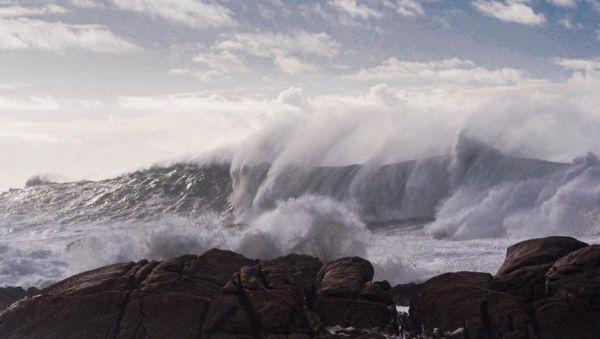 Μεγάλα κύματα χτυπούν αλύπητα το Blue Star Paros | imommy.gr