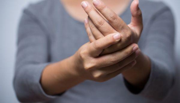 Να γιατί δεν πρέπει να κάνετε «κρακ» στο σώμα σας | imommy.gr