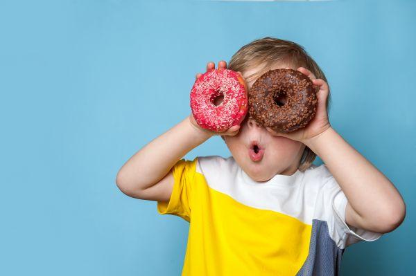 Το παιδί δεν ξεκολλάει από τα γλυκά; Αυτή είναι η λύση | imommy.gr