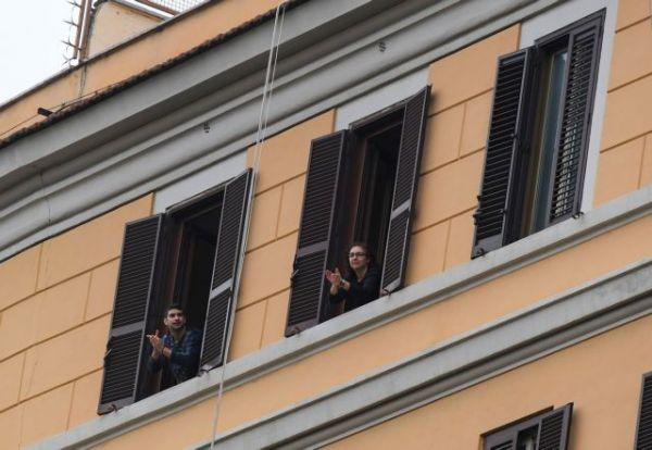 Κοροναϊός : Το «Bella Ciao» τραγουδούν από τα μπαλκόνια τους οι Ιταλοί | imommy.gr