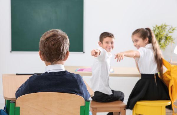 Κλίκες στο σχολείο; Βοηθήστε το παιδί να τις αντιμετωπίσει | imommy.gr