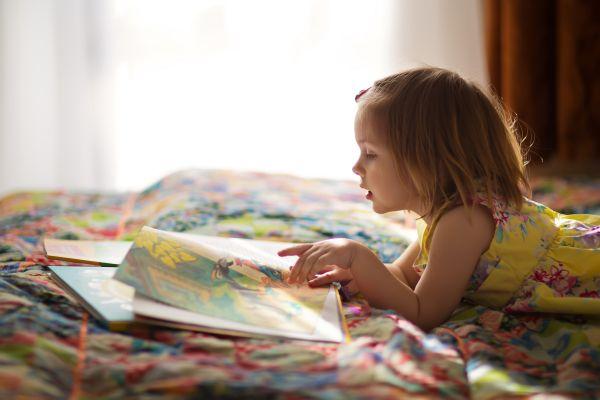 Τα σημάδια που δείχνουν ότι μεγαλώνετε έναν μικρό βιβλιοφάγο | imommy.gr