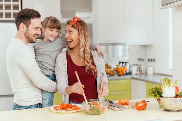 Πώς θα έχετε μια υγιεινή διατροφή ως οικογένεια όσο μένετε σπίτι | imommy.gr