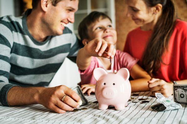 Λάθη που κάνουμε όταν μιλάμε στα παιδιά για τα χρήματα | imommy.gr