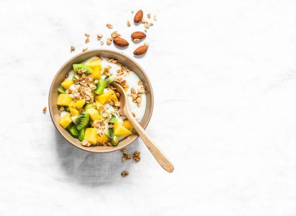 Υγιεινό πρωινό με γιαούρτι, φρούτα και βρώμη | imommy.gr