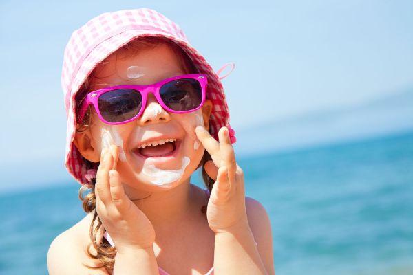 Για την Προστασία από τον Ήλιο Γίνομαι Υπερπροστατευτική | imommy.gr