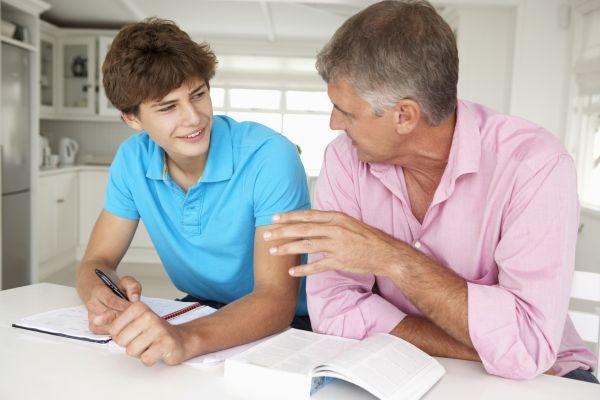 Πώς μπορεί ο μπαμπάς να στηρίξει το έφηβο παιδί του; | imommy.gr