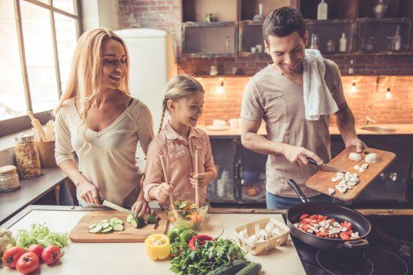 Απλά βήματα για να βελτιώσετε τη διατροφή της οικογένειάς σας | imommy.gr
