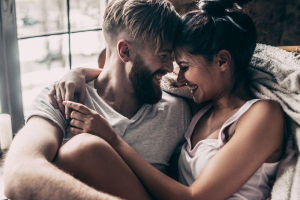 Έρωτας με τη πρώτη ματιά : Τα σημάδια ότι «κεραυνοβολήθηκες» | imommy.gr