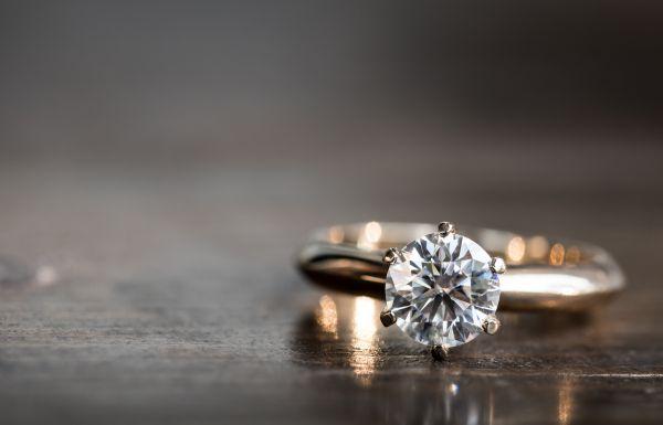 Ποσό «μαμούθ» για δαχτυλίδι αρραβώνων σε δημοπρασία | imommy.gr
