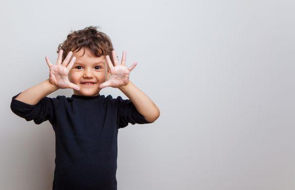 Πώς θα μάθει το παιδί να μην βάζει τα χέρια στο πρόσωπο; | imommy.gr