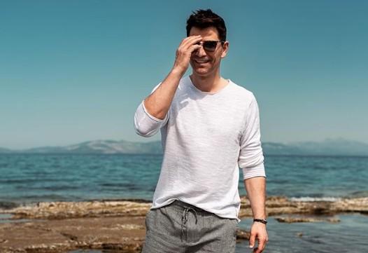 Σάκης Ρουβάς : Δείτε τον να τραγουδάει με τροβαδούρους στα καντούνια της Κέρκυρας | imommy.gr