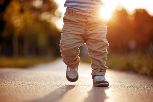 Πρέπει να φορά παπούτσια όταν μαθαίνει να περπατά; | imommy.gr