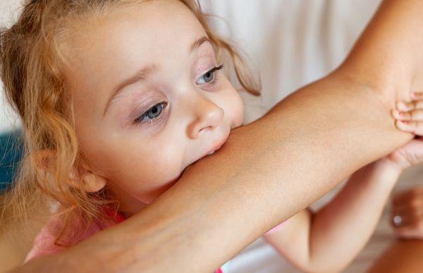 Πώς θα σταματήσει το παιδί να δαγκώνει; | imommy.gr