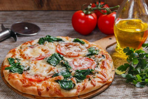 Σπιτική πίτσα με σπανάκι, ντομάτα και κολοκυθάκια | imommy.gr