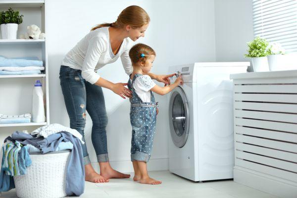 Πώς το πλύσιμο συνθετικών ρούχων επηρεάζει τη Γη, σύμφωνα με νέα έρευνα | imommy.gr