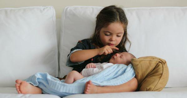 Πώς θα «δεθεί» το παιδί με το νεογέννητο; | imommy.gr