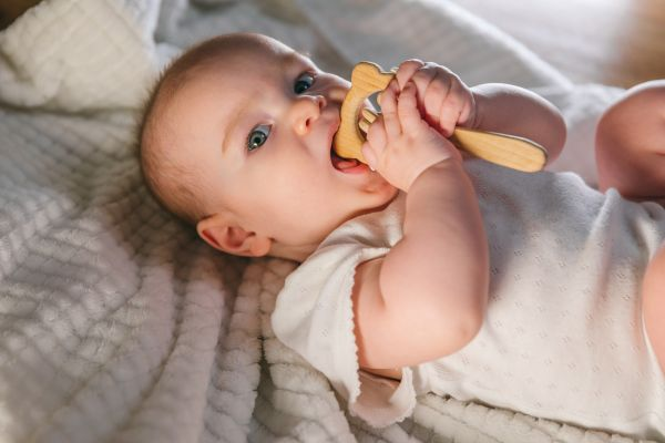 Πώς θα βοηθήσω το μωρό να κοιμηθεί ενώ βγάζει δόντια; | imommy.gr