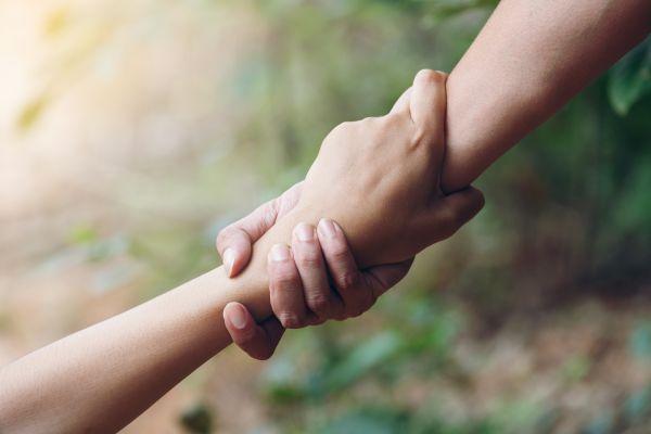 Βοηθήστε τους άλλους, βελτιώστε τη διάθεσή σας | imommy.gr