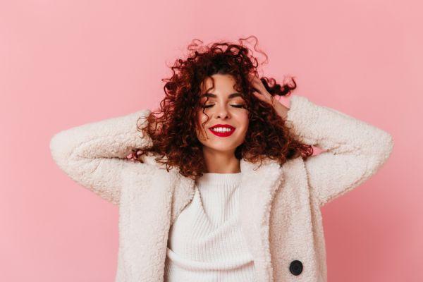 Σγουρά μαλλιά: Τα λάθη που τα καταστρέφουν | imommy.gr