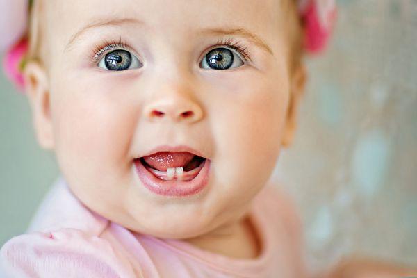 Πότε ξεκινούν τα μωρά να βγάζουν δόντια; | imommy.gr