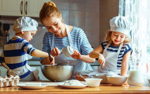 Φτιάχνουμε μαζί με το παιδί λαχταριστό κέικ μήλου | imommy.gr