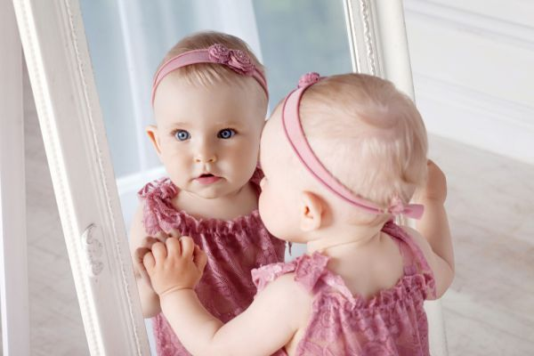 Παιχνίδι με τον καθρέπτη: Πώς μπορεί να ενισχύσει τη γνωστική ανάπτυξη του μωρού σας | imommy.gr
