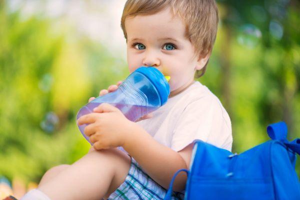 Πώς θα ενθαρρύνουμε το παιδί να πίνει περισσότερο νερό | imommy.gr