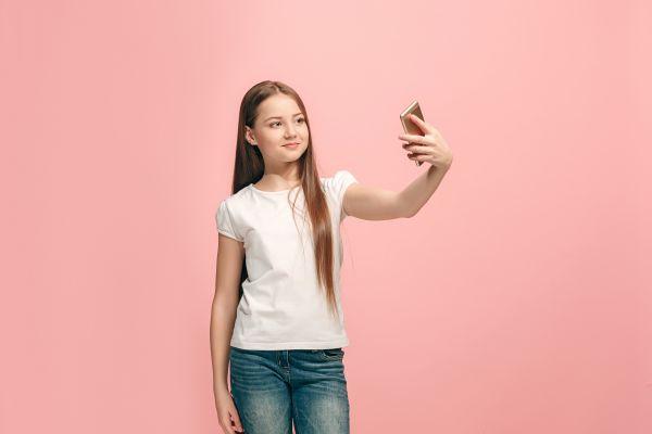 Παιδί: Γιατί είναι καλό να του μιλήσετε για τις selfies   imommy.gr