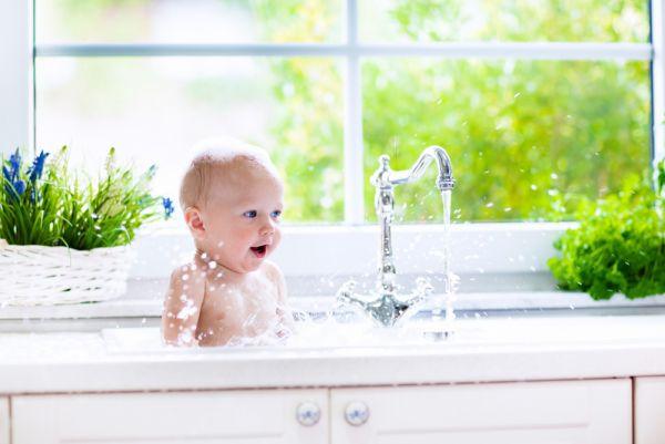 Γιατί δεν πρέπει να δίνουμε νερό σε βρέφη κάτω των έξι μηνών | imommy.gr