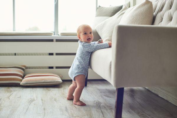 Ανάπτυξη μωρού: Πότε θα ξεκινήσει να στέκεται όρθιο και πώς θα το ενθαρρύνουμε; | imommy.gr