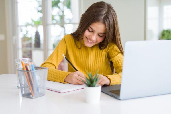 Τηλεκπαίδευση: Πώς θα βοηθήσουμε το παιδί να συγκεντρωθεί στα μαθήματά του | imommy.gr