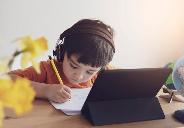 Τηλεκπαίδευση : Ξεκινούν τα μαθήματα για όλες τις βαθμίδες | imommy.gr