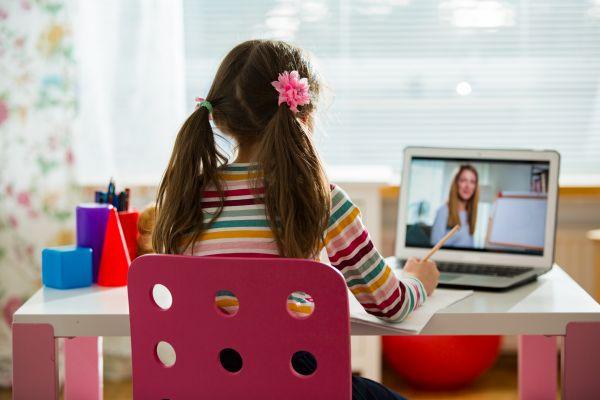 Πέντε τρόποι για να στηρίξετε το παιδί που κάνει τηλεκπαίδευση | imommy.gr