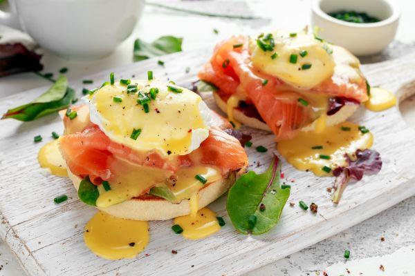 Αβγά ποσέ με φρυγανισμένο ψωμί και κατίκι | imommy.gr