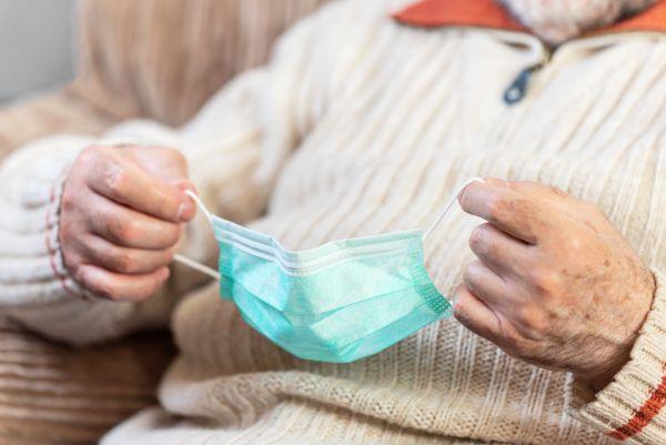 Λέσβος: Στην μέση του δρόμου ηλικιωμένος ασθενής με κοροναϊό | imommy.gr