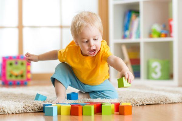 Νήπιο: Γιατί πετάει πράγματα; | imommy.gr