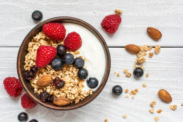 Breakfast bowl: Γιαούρτι με φρούτα και βρώμη | imommy.gr