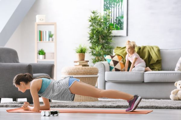 Fit μαμά: Έτσι θα κάνετε αποτελεσματικές τις προπονήσεις σας στο σπίτι | imommy.gr