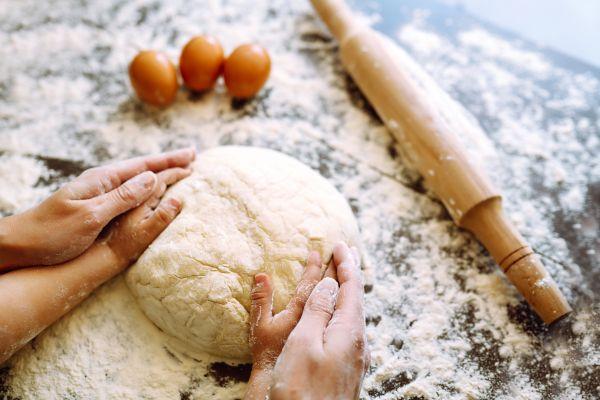 Φτιάχνουμε πασχαλινά κουλουράκια μαζί με τα παιδιά | imommy.gr