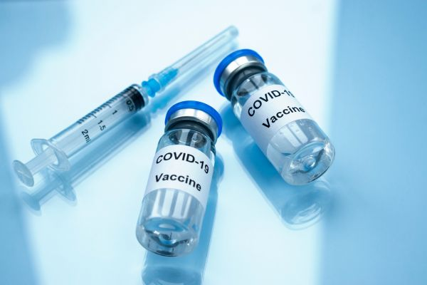 AstraZeneca: Ποιοι κινδυνεύουν περισσότερο από θρομβώσεις μετά το εμβόλιο | imommy.gr