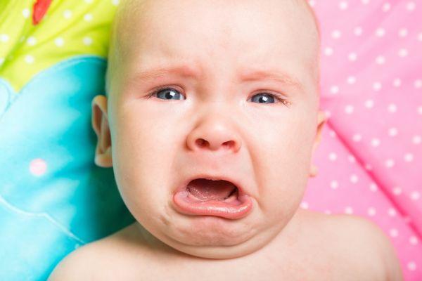 Γιατί το μωρό κλαίει όταν το αφήνω από την αγκαλιά μου; | imommy.gr