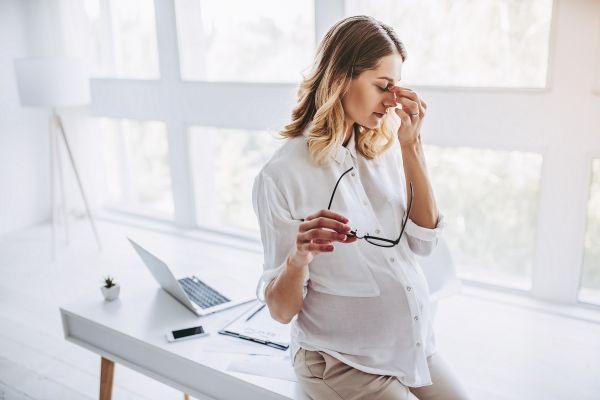 Εγκυμοσύνη: Πώς θα αντιμετωπίσετε τα συμπτώματα στην δουλειά | imommy.gr
