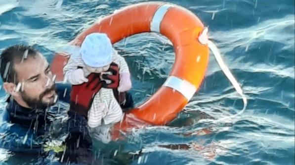 Θέουτα: Η συγκλονιστική περιγραφή του αστυνομικού που έσωσε το μισοπνιγμένο μωράκι | imommy.gr