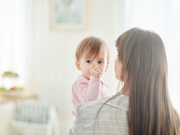 Γιατί συνήθως κρατάτε το μωρό σας από την αριστερή πλευρά; | imommy.gr