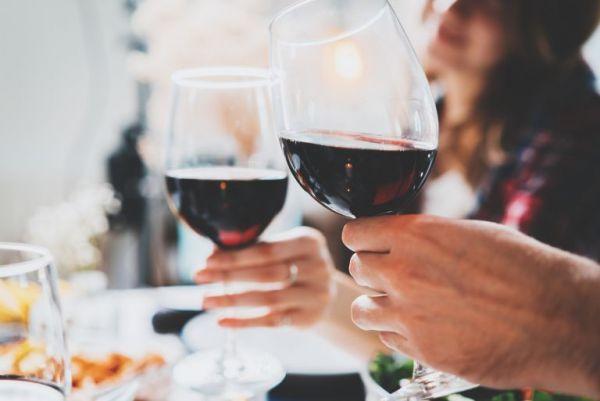 Το αλκοόλ φέρνει τους ξένους πιο κοντά, σύμφωνα με νέα μελέτη   imommy.gr