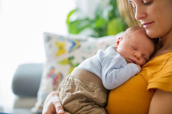Μωρό: Πώς ωφελείται όταν το κρατάτε κοντά στο στήθος σας; | imommy.gr