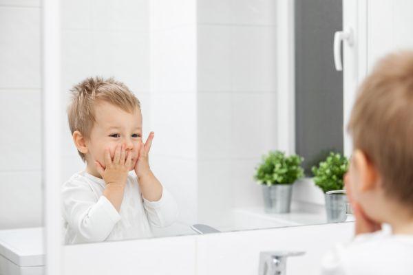 Αξιολάτρευτο: Μωράκια ενθουσιάζονται βλέποντας τον εαυτό τους στον καθρέπτη [βίντεο] | imommy.gr