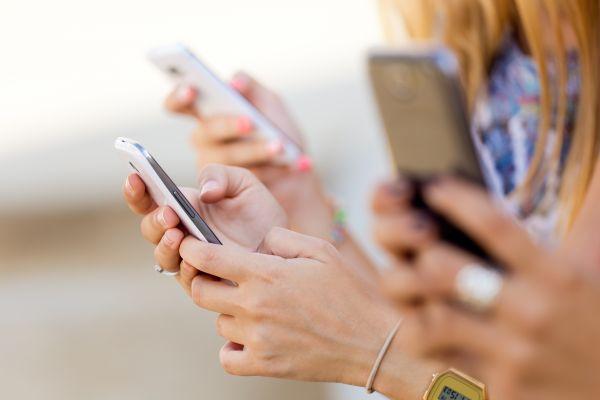 Ερευνα: Πώς επηρεάζει η συχνή χρήση smartphone το βάρος των εφήβων   imommy.gr