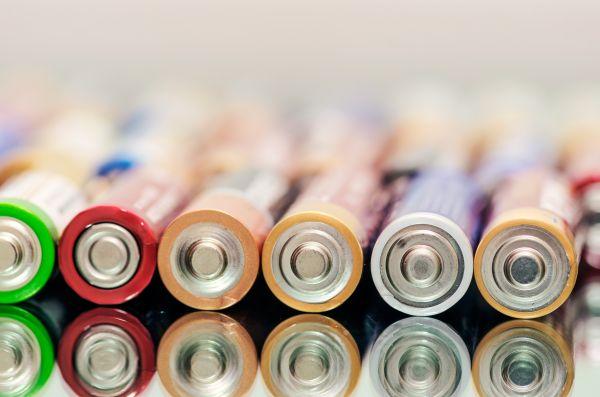 Το άγνωστο κόλπο για να καταλάβετε αν μια μπαταρία είναι γεμάτη | imommy.gr